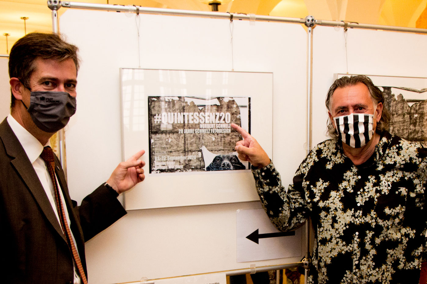 """Fotokünstler Norbert Schmelz und OB Christian Schuchardt bei der Eröffnung von """"Quintessenz"""" (Foto: Georg Wagenbrenner)"""
