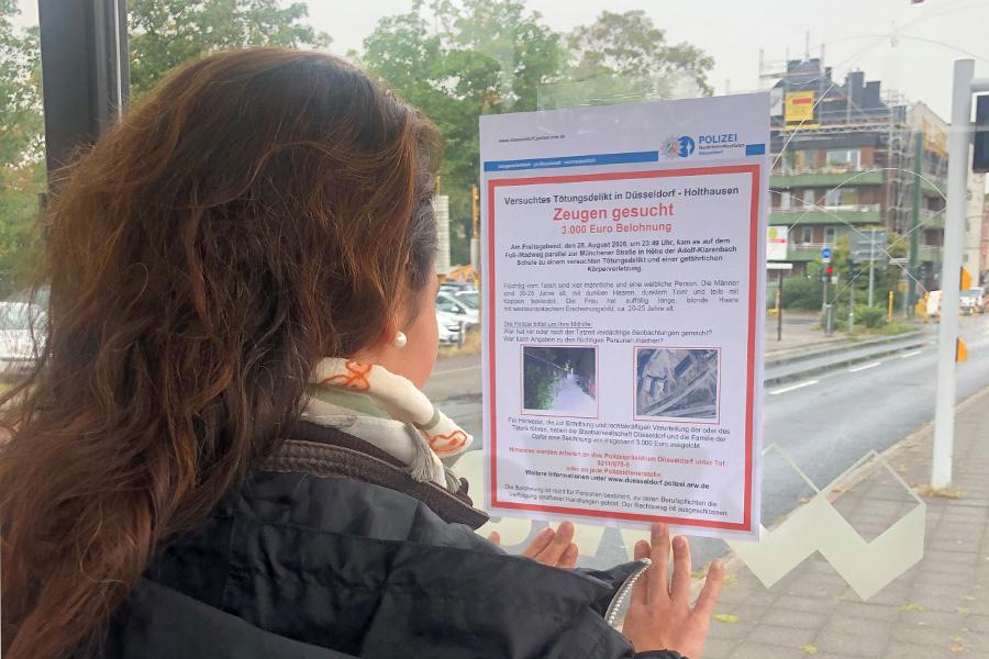 Beamtinnen und Beamte verteilen Fahndungsplakate (Foto: Polizei Düsseldorf)