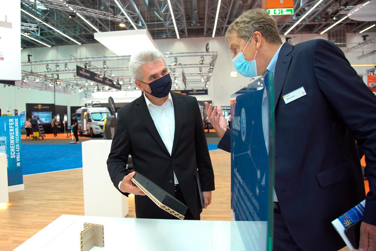 NRW-Wirtschaftsminister Andreas Pinkwart war zu Besuch auf der Messe Caravan Salon in Düsseldorf (Foto: Mhoch4)