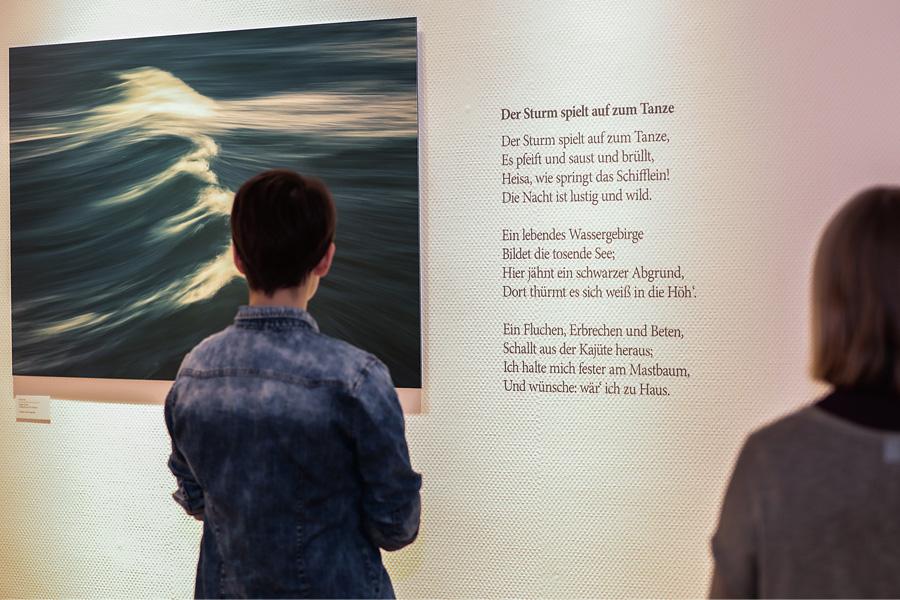 Heines Poesie trifft auf moderne Fotokunst von Holger Nimtz (Foto: Stadt Düsseldorf/Melanie Zanin)