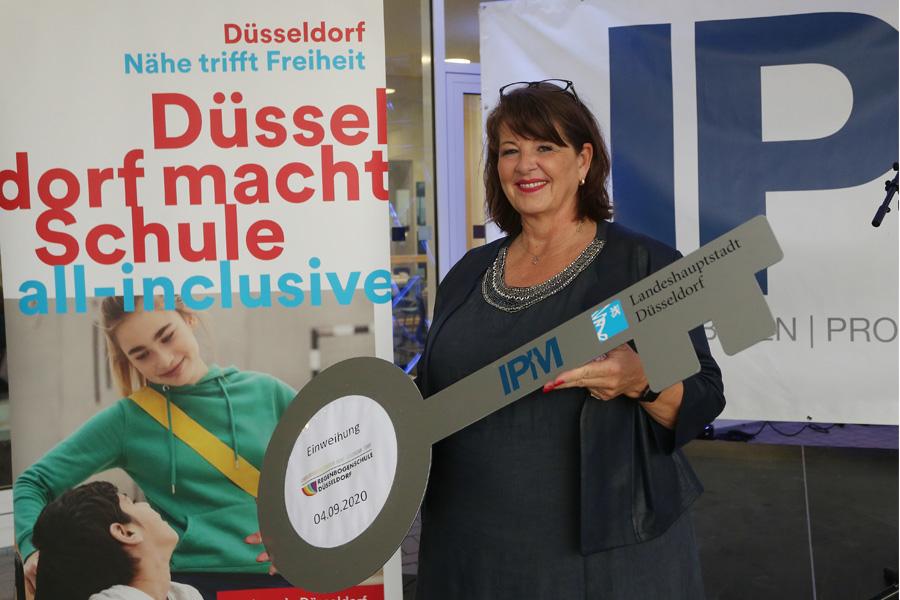 Schulleiterin Anke Schäfer bei der obligatorischen Schlüsselübergabe (Foto: Stadt Düsseldorf/David Young)