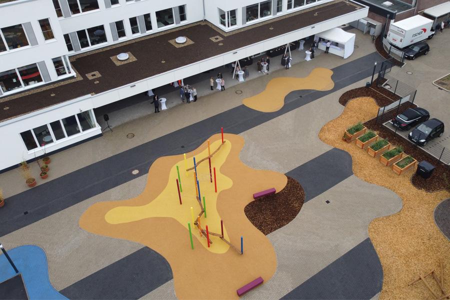 Blick auf den neuen Schulhof, der zum Spielen und Erholen in den Pausen einlädt (Foto: Stadt Düsseldorf/David Young)