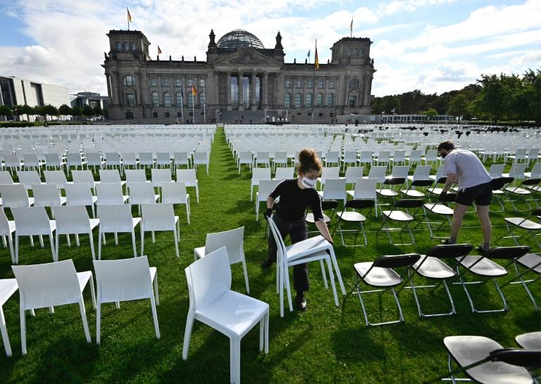 Protestaktion für Flüchtlingsaufnahme mit tausenden Stühle vor dem Reichstag (© 2020 AFP)