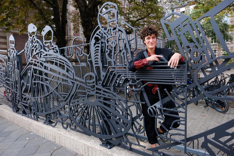 Die von der Künstlerin Selma Gültoprak entworfene dreiteilige und insgesamt 91 Meter lange Zaunskulptur (Foto: Stadt Düsseldorf/Michael Gstettenbauer)