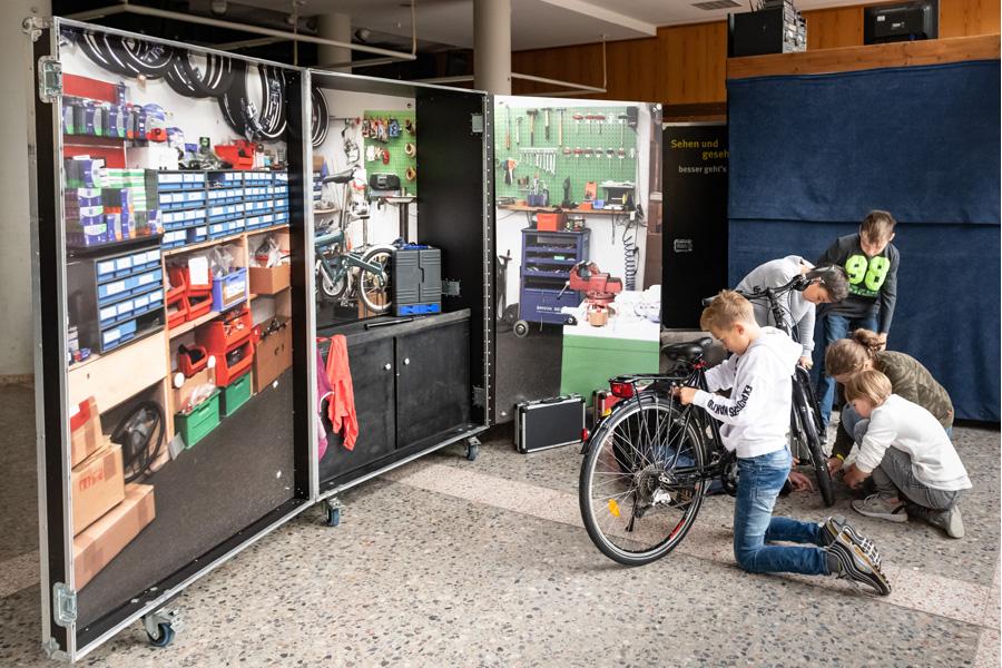 """Schüler beim Besuch der Ausstellung """"Sehen und gesehen werden"""" im Jahr 2019 (Foto: Stadt Düsseldorf)"""