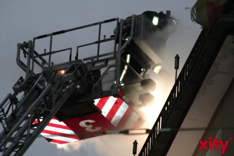 Beim Eintreffen der Feuerwehr kamen die Flammen aus dem Dachbereich und einem Fenster im ausgebauten Dachgeschoss. (Foto: xity)