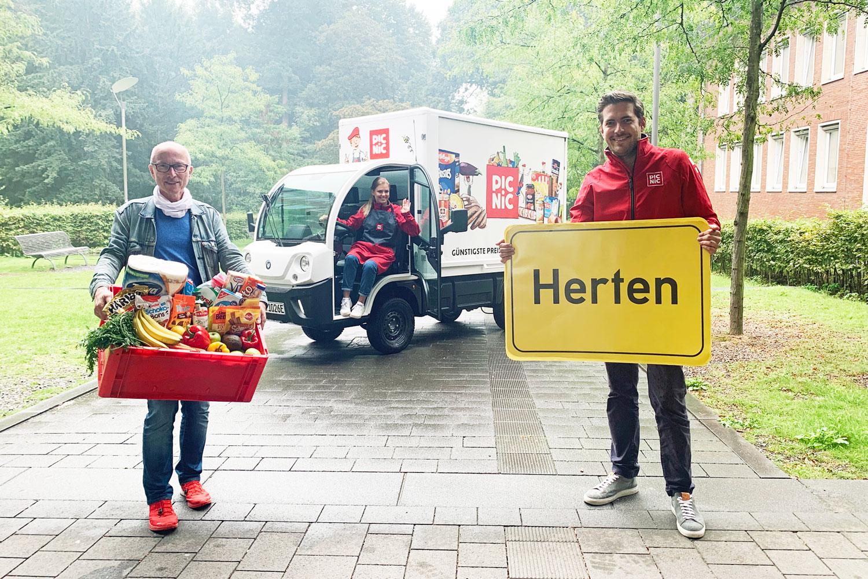 Bürgermeister Fred Toplak begrüßt die Firma Picnic und Frederic Knaudt aus dem Gründerteam des Unternehmens in Herten. (Foto: Stadt Herten)