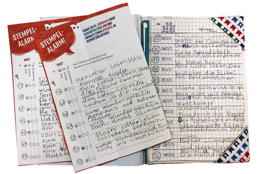 Die Teilnehmenden konnten ihre Bewertungen, Eindrücke, Gedanken und Ideen zu den gelesenen Büchern in einem Logbuch festhalten (Foto: Stadtbüchereien Düsseldorf)
