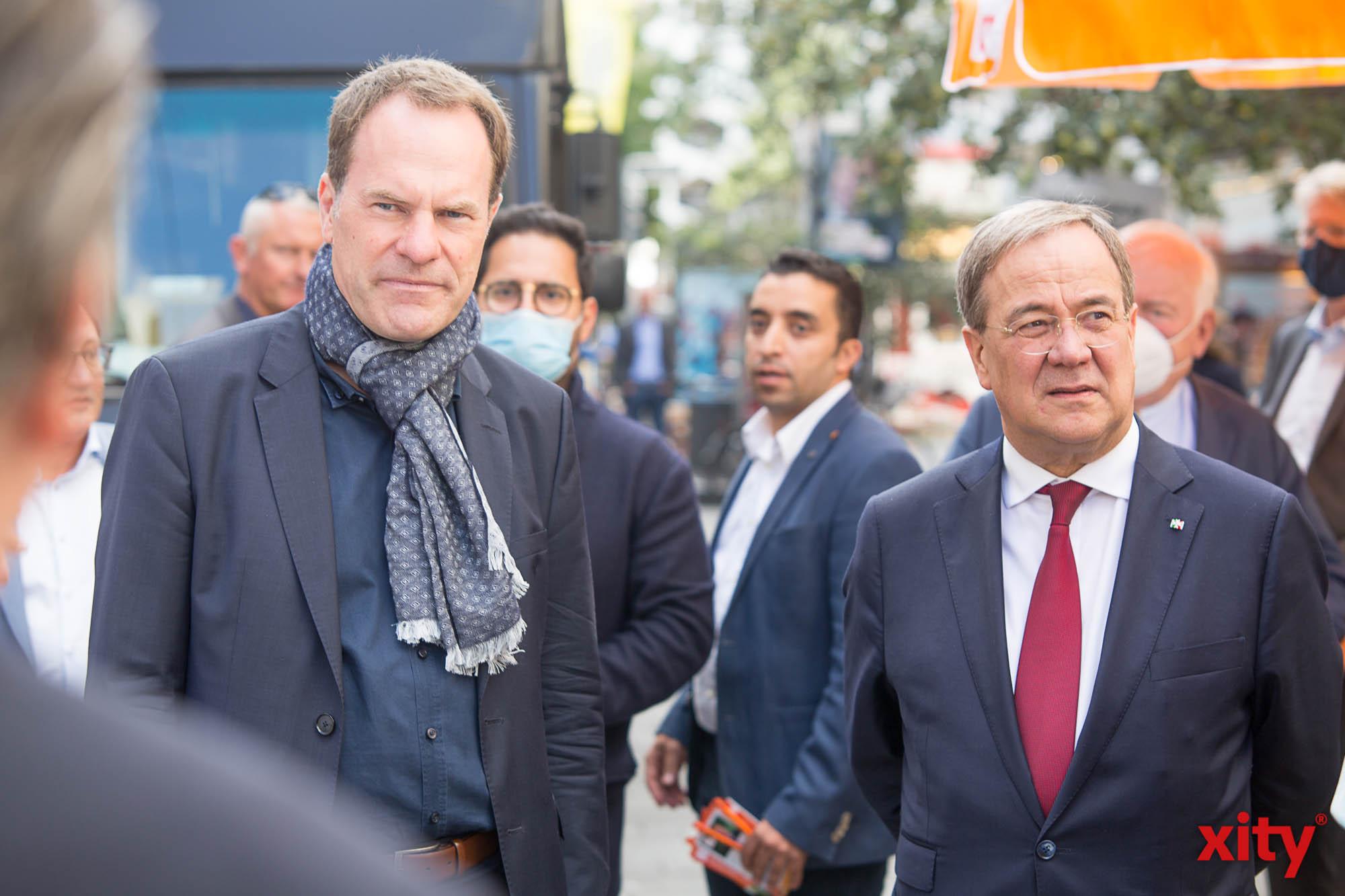 v.l.: Dr. Stephan Keller, Oberbürgermeisterkandidat der CDU Düsseldorf begrüßte Laschet an seinem Wahlstand (Foto: xity)