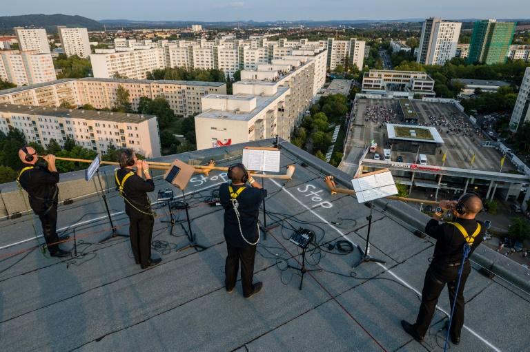 Dresdner Sinfoniker spielen von Hochhausdächern in Plattenbaugebiet (© 2020 AFP)