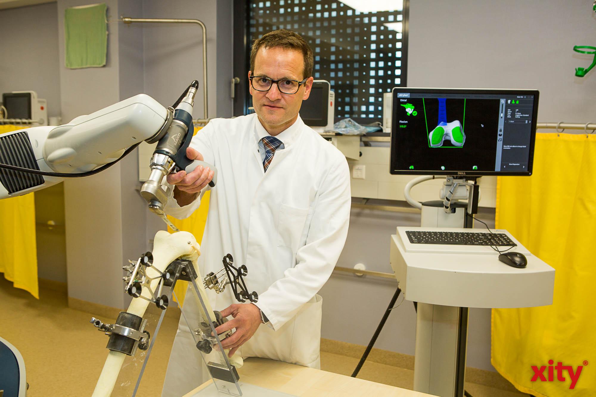 Prof. Dr. med. Christoph Schnurr, Chefarzt der Klinik für Orthopädie am St. Vinzenz-Krankenhaus demonstrierte den neuen Roboterarm (Foto: xity)