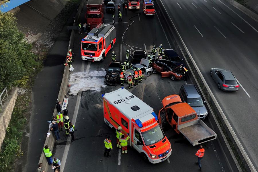 A1 Richtung Köln: Verkehrsunfall mit sieben beteiligten Fahrzeugen (Foto: Polizei Düsseldorf)