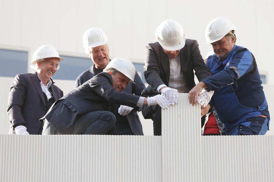 Anbringung des letzten Fassadenelements: Wilfried Schulz, Christoph Ingenhoven, OB Thomas Geisel und Hans-Georg Lohe (Foto: Stadt Düsseldorf/David Young)
