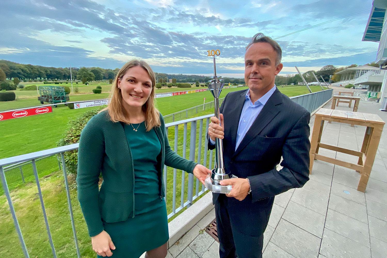 Andrea Höngesberg und Marc. P. Battenstein mit dem Jubiläumspokal (Fotos: HPS)