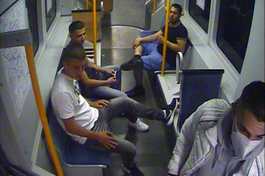 Polizei fahndet mit Foto aus Überwachungskamera nach vier Männern (Foto: Polizei Düsseldorf)
