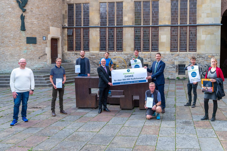 Bei Münsters erfolgreichsten Stadtradlern bedankten sich (Mitte, v.l.) Oberbürgermeister Markus Lewe, Andreas K. Bittner vom ADFC sowie Stadtbaurat Robin Denstorff. (Foto: Presseamt Stadt Münster)