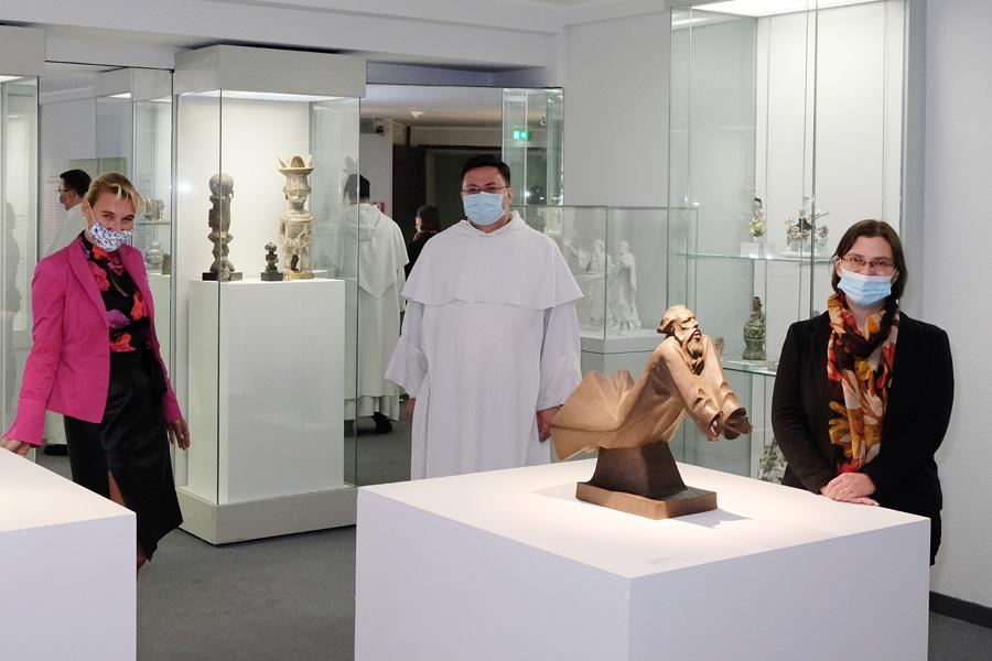 Museumsdirektorin Dr. Daniela Antonin, Pater Elias H. Füllenbach sowie Kuratorin Dr. Christina Kallieris (Foto: Stadt Düsseldorf/Wilfried Meyer)