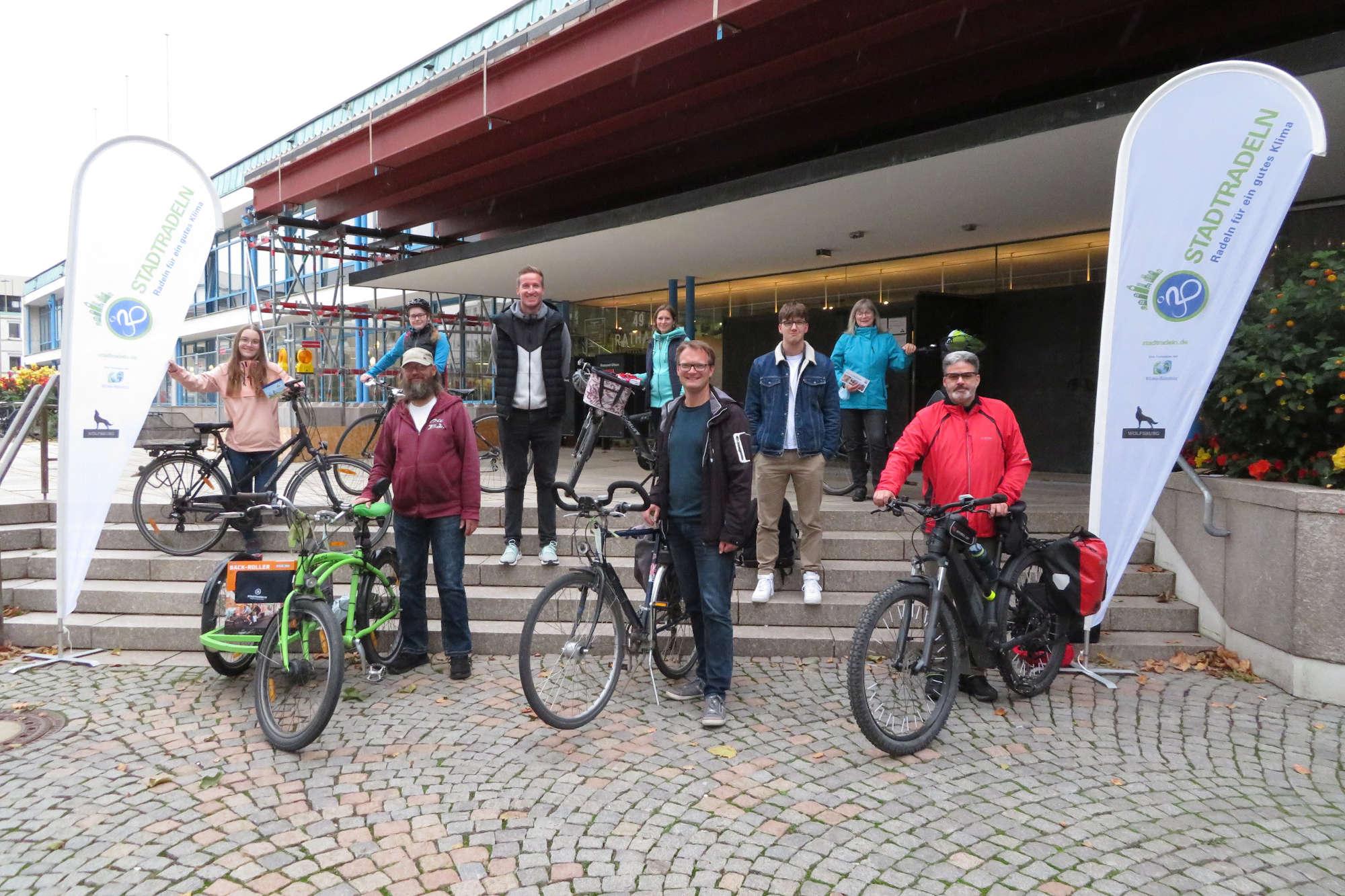 Die Gewinnenden der Stadtradeln-Preisverleihung. (Foto: Stadt Wolfsburg)