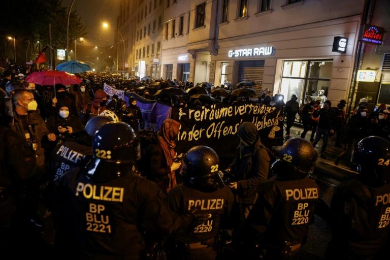"""Berlins Innensenator verurteilt """"blinde Gewalt"""" nach Räumung von linkem Hausprojekt (© 2020 AFP)"""