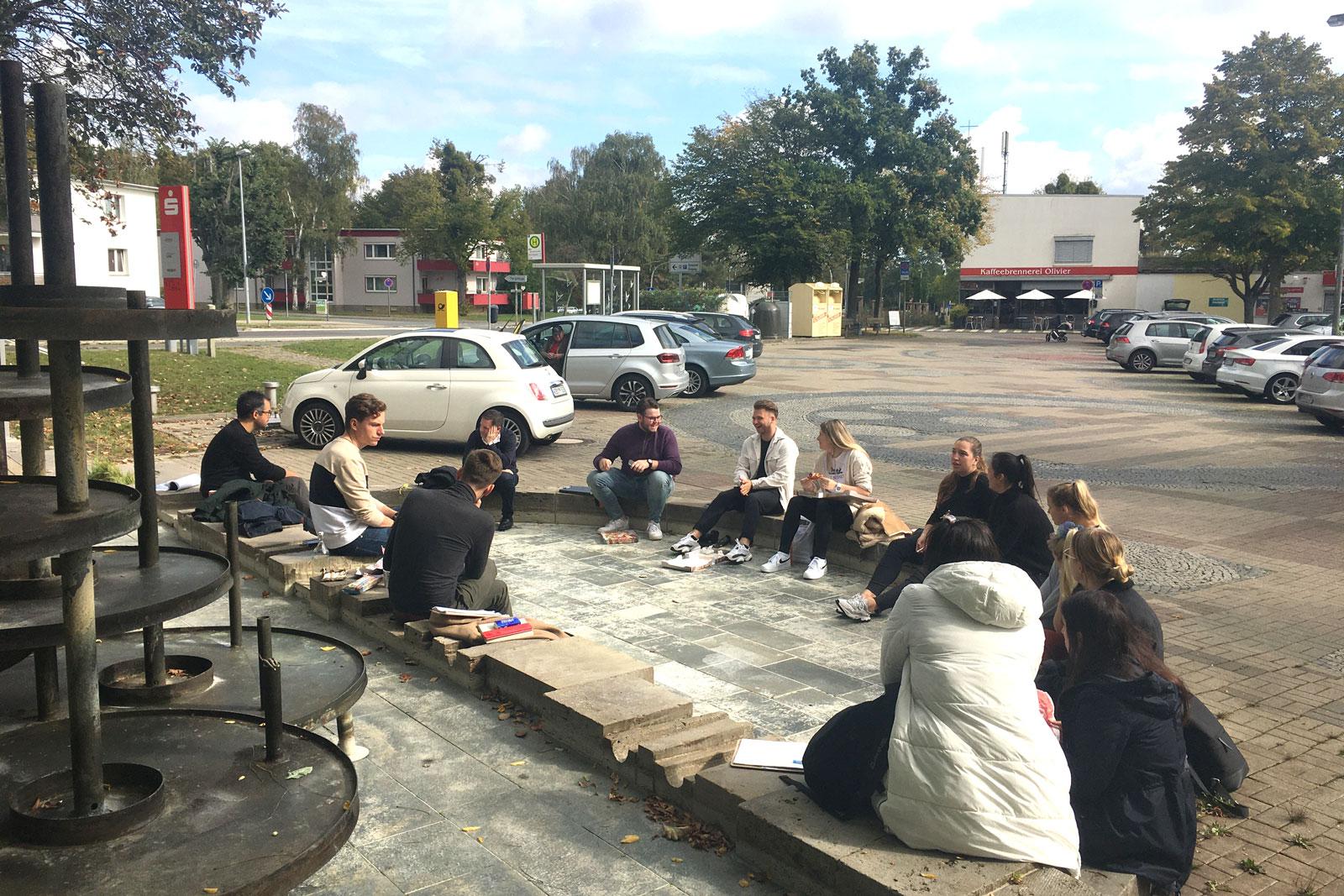 Studierende der Alanus Hochschule beim kreativen Ideenaustausch auf dem Dunantplatz. (Foto: Stadt Wolfsburg)