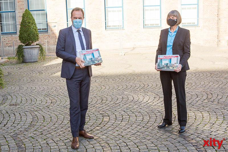 OB Dr. Stephan Keller und Stadtkämmerin Dorotheé Schneider präsentieren den Haushaltsplanentwurf für 2021 (Foto: xity)