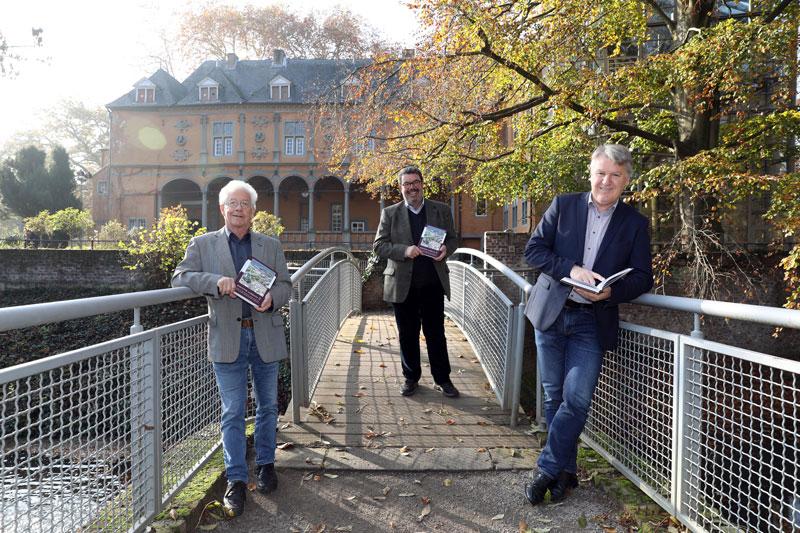 Dr. Rolf Keuchen und Ulrich Elsen Otto von Bylandt-Gesellschaft sowie Dr. Karlheinz Wiegmann präsentieren das neue Jahrbuch. (Foto: Stadt MG)