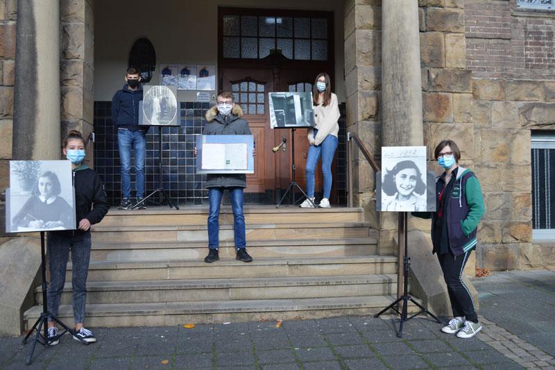 Peers der Realschule Letmathe zeigen Exponate aus der Anne Frank-Ausstellung. (Foto: Stadt Iserlohn)