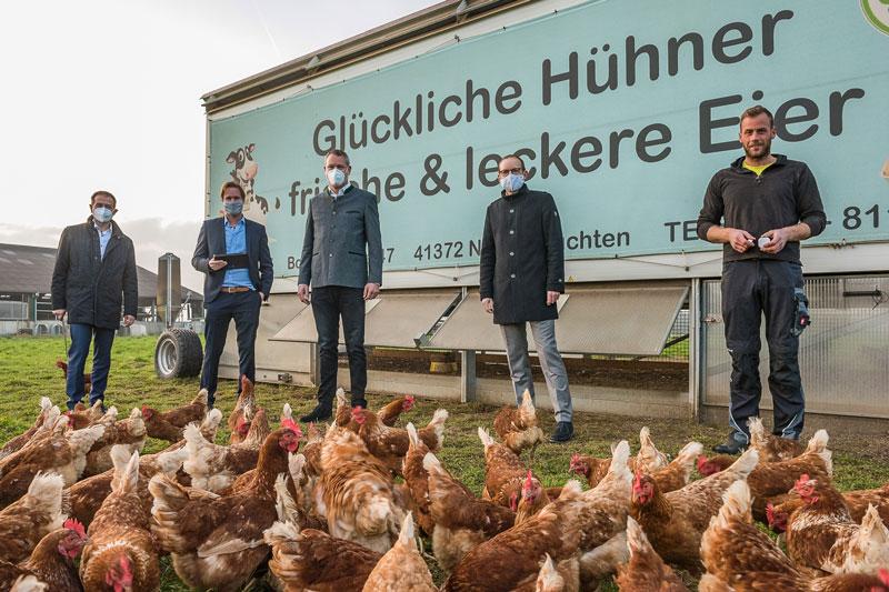 Andreas Budde, Sebastian Cüsters, Landrat Dr. Andreas Coenen, Christian Böker und Landwirt Bastian Iborg beim Projektstart auf dem Kapellenhof in Niederkrüchten. (Foto: Frank Hohnen)