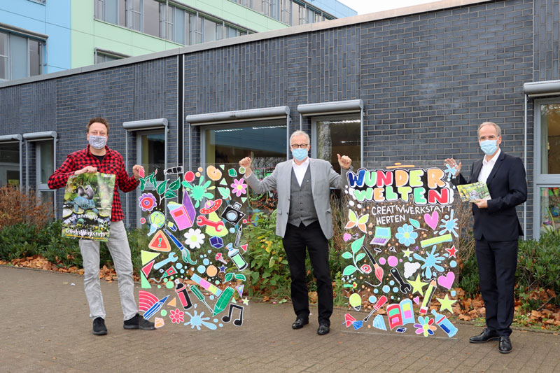 Thomas Buchenau, Leiter der CreativWerkstatt, Bürgermeister Matthias Müller und Ingo Abrahams stellten das neue Programmheft vor. (Foto: Stadt Herten)