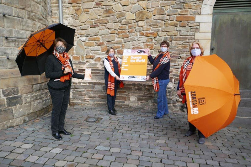 """Das Orgateam von """"Orange the World: (v.l.n.r.) Walburga Haueis-Liegl und Elisabeth Auchter-Mainz vom Zonta Club Aachen sowie Sabine Bausch und Heidemarie Ernst von der Stadt Aachen. (Foto: Stadt Aachen)"""