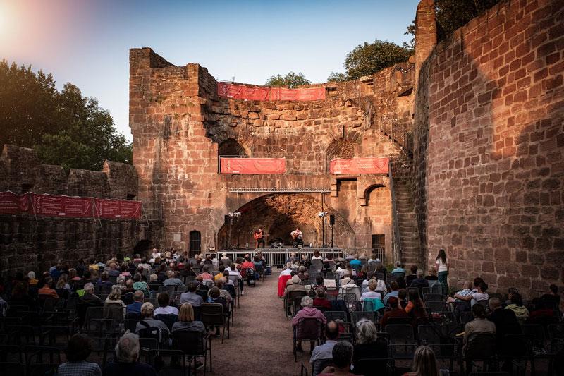 """Ein Open-Air-Sommer mit einem Mix aus Pop, Rock, Kabarett, Theater und vielem mehr erwartet die Besucher beim """"Sommer auf der Burg"""" 2021. (Foto: Stadt Wertheim)"""