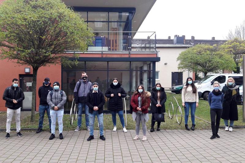 """Einige der Teilnehmerinnen und Teilnehmer des Projektes """"Kassel sichert Ausbildung"""" (Foto: Stadt Kassel)"""