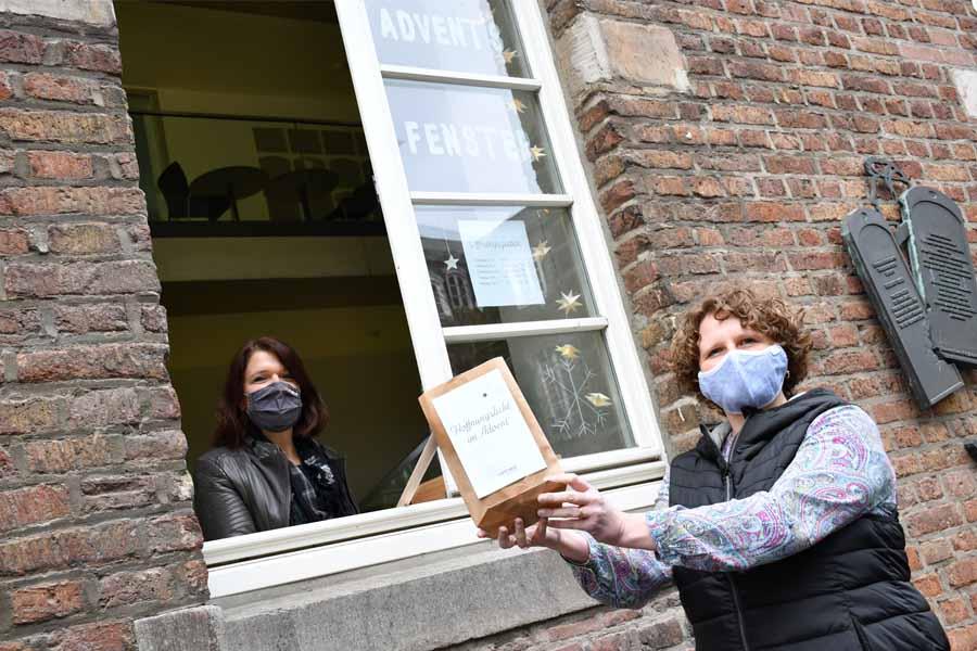 Christiane van Bracht und Nicole Langer am Maxhaus-Adventsfenster(Foto: Sabine Polster)