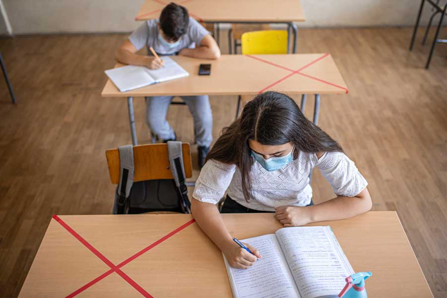 Schule in Corona-Zeiten: Reichen die Schutzmaßnahmen? (Foto: Wort & Bild Verlag/Dusan Stankovic/Getty Images)