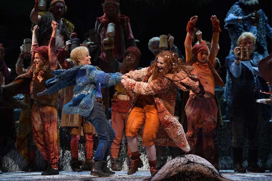"""Szene aus """"RonjaRäubertochter"""": Anke Krabbe (Birk), Iryna Vakula (Ronja), Tanzensemble und Chor der Deutschen Oper am Rhein (Mattis- und Borkaräuber). (Foto: Hans Jörg Michel)"""