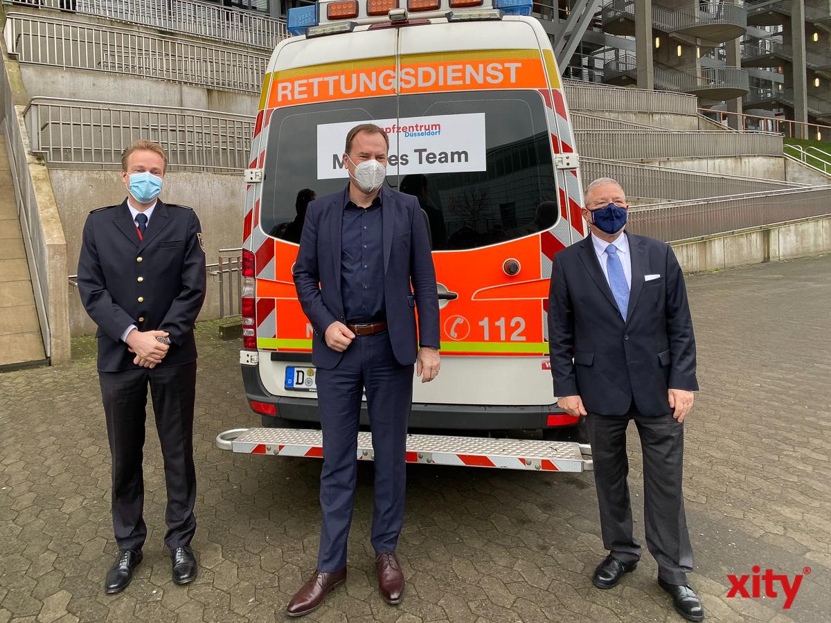 Feuerwehrchef David von der Lieth, OB Dr. Stephan Keller und KV-Vorsitzender Dr. Frank Bergmann vor einem Mobilen (Foto: xity)