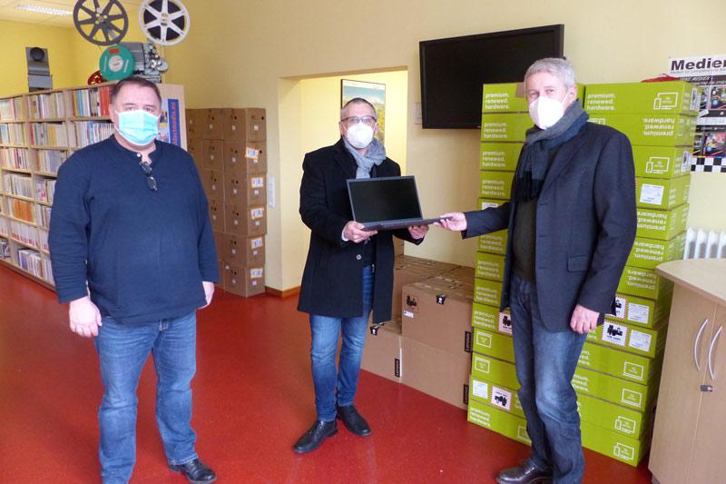 Mobile Endgeräte für Schüler werden übergeben. (Foto: Stadt Kassel)
