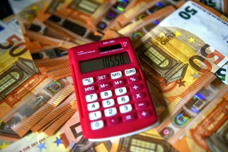Taschenrechner am Steuer ist verboten (© 2021 AFP)