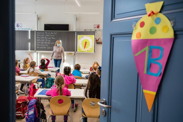 Für weitere 2,3 Millionen Grundschüler beginnt am Montag Präsenzunterricht (© 2021 AFP)