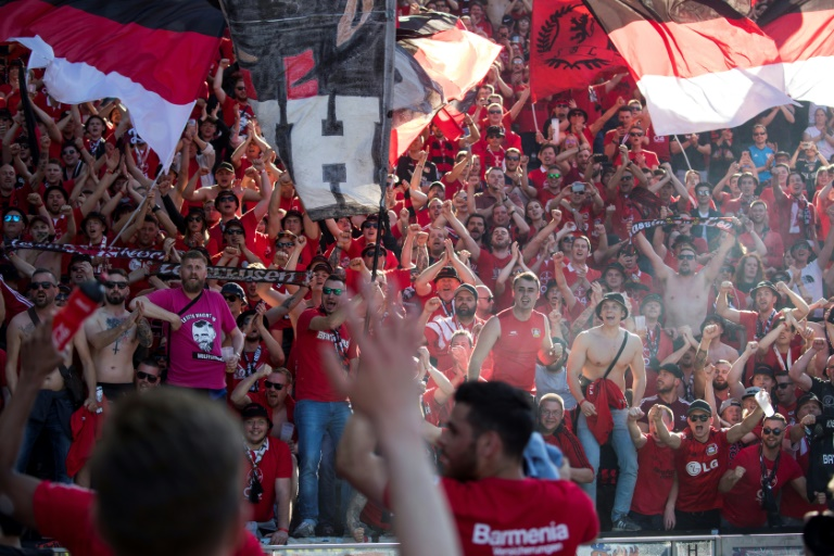 Fußballfan kann Ermittlungen zu weggenommener Fahne im Stadion nicht erzwingen (© 2021 AFP)