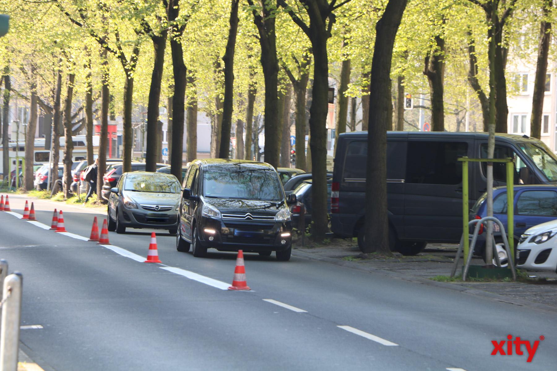 Zunächst werden die im Zuge der Umweltspuren aufgebrachten Fahrbahnmarkierungen auf allen drei Achsen entfernt (Foto: xity)