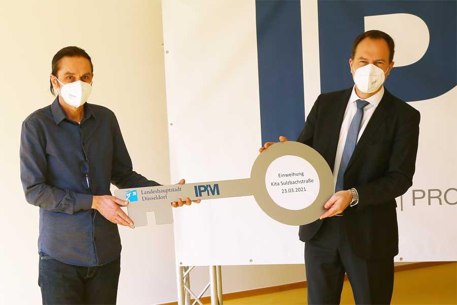 OB Dr. Stephan Keller (r.) übergibt den Schlüssel an den Leiter der Kita Sulzbachstraße, Josef Riepe (Foto: Stadt Düsseldorf/David Young)