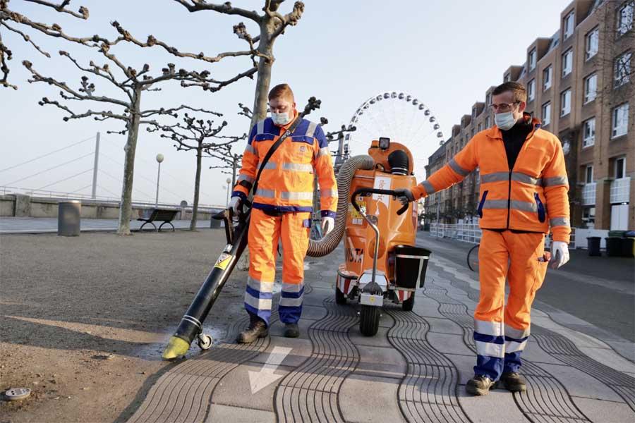 In der erweiterten Altstadt als einem Schwerpunkt wird nun ein zweiter mobiler Müllsauger eingesetzt (Foto: Stadt Düsseldorf, Ingo Lammert)