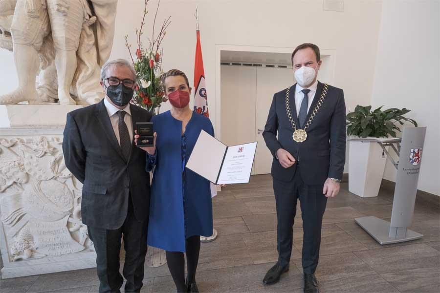 Oberbürgermeister Dr. Stephan Keller (r.) mit Jenny Jürgens und Ehemann David Carreras (Foto: Stadt Düsseldorf/Michael Gstettenbauer)