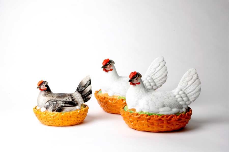 """""""Hen on Nest"""", Biskuitporzellan, glasierte Keramik Staffordshire, England, 19. Jh. (Foto: Laura Lidzbarski)"""
