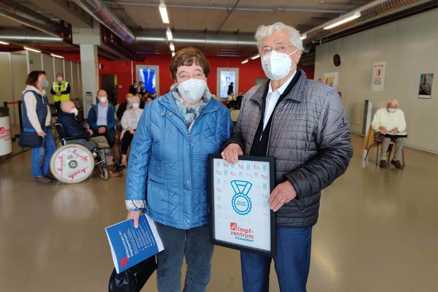 Horst Höhmann (86) hat in Begleitung seiner Frau die 100.000ste Impfung gegen das Coronavirus in Düsseldorf bekommen (Foto: D.LIVE)