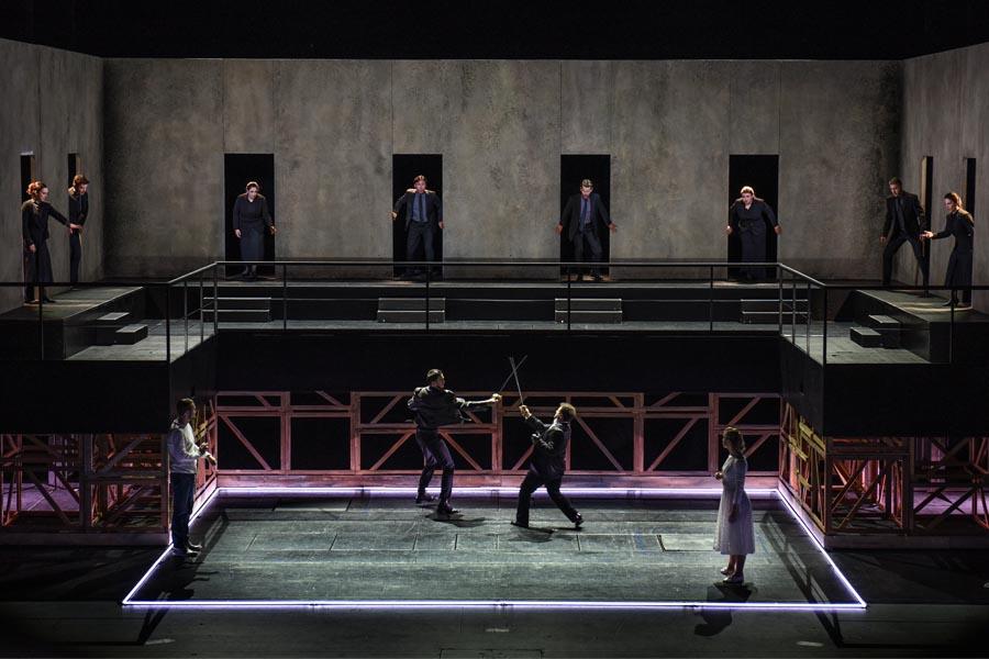Jussi Myllys (Romeo), Beniamin Pop (Benvolio), Andrés Sulbarán (Tybalt), Lavinia Dames (Julia), Chor (Foto: Hans Jörg Michel)