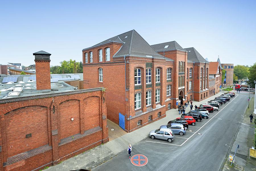Der Fachbereich Textil- und Bekleidungstechnik der Hochschule Niederrhein residiert heute in den Gebäuden der 1901 gegründeten Preußischen Höheren Schule für Textilindustrie. (Foto: Hochschule Niederrhein)