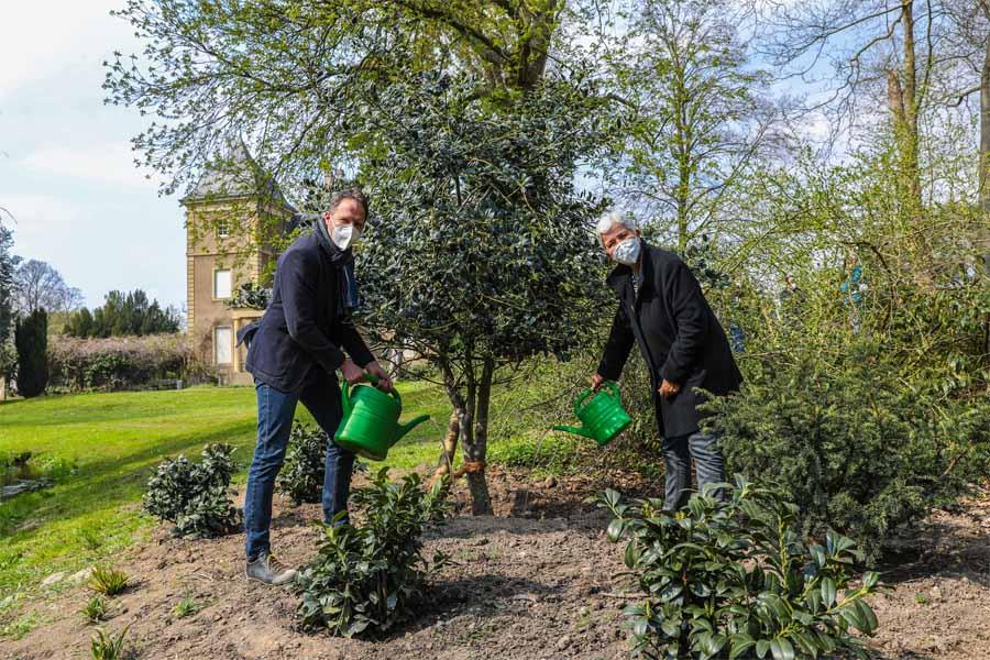 Gartenamtsleiterin Doris Törkel und Matthiss Pasch, Abteilungsleiter Grünanlagen(Foto: Stadt Düsseldorf/Melanie Zanin)