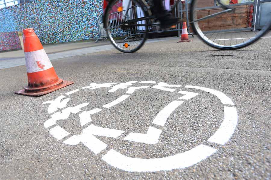 Zur Verdeutlichung der Maskenpflicht in der Altstadt wurden Piktogramme auf dem Boden markiert (Foto: Stadt Düsseldorf, David Young)